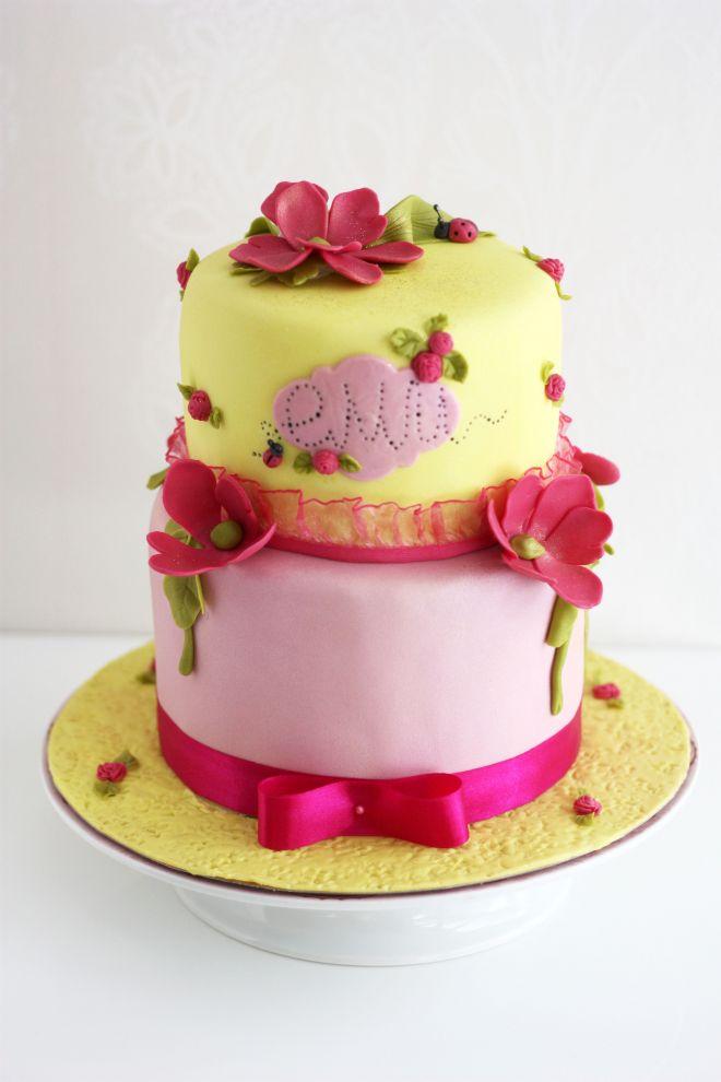 Торта за рожден ден на момиче с цветя и панделка