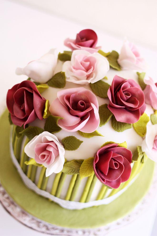 Торта за рожден ден с букет от рози