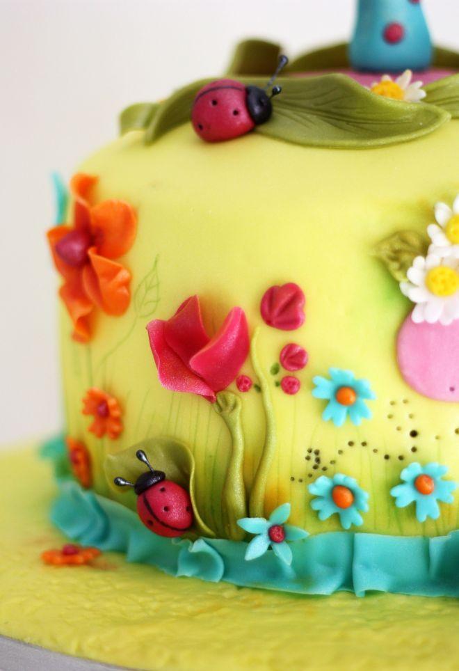 Торта за момиченце с цветя и калинки