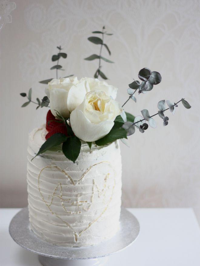 Гола торта с естествени цветя