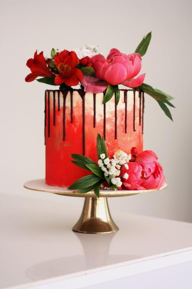 Торта за рожден ден с шоколадов дрип и естествени цветя божури