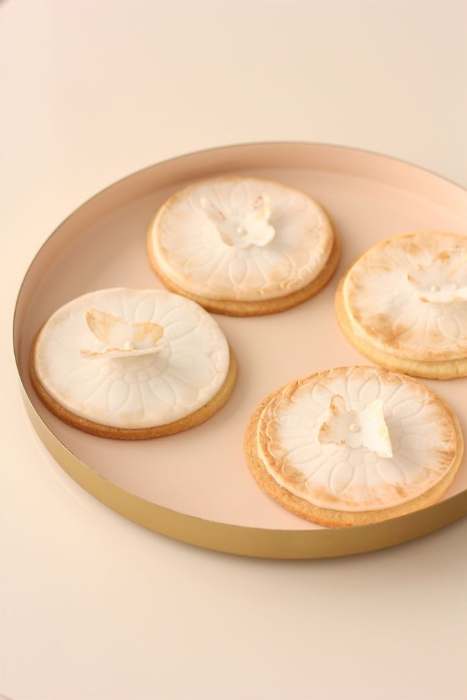 Декорирани сладки с пеперуда и фондан