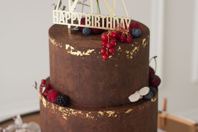 Шоколадова торта за рожден ден с декорация от горски плодове и топер