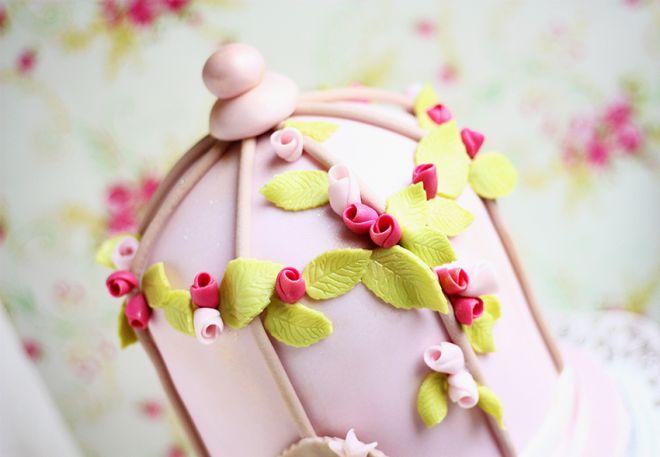 Торта клетка за птички с цветя