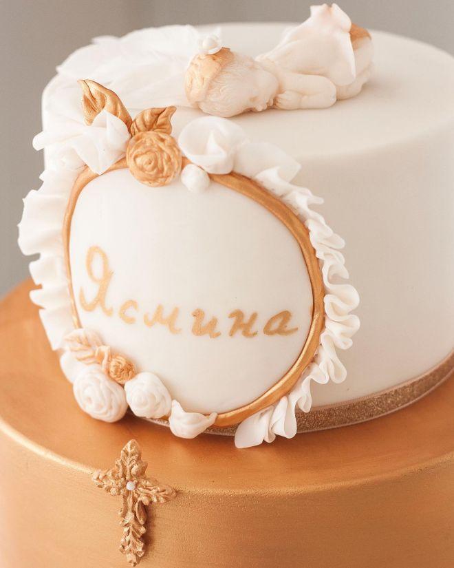 Торта за кръщене с кръст и ангелче бяло и златно