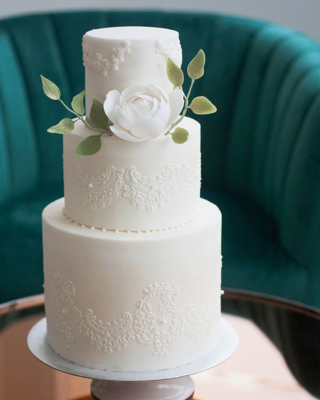 Сватбена торта в бяло със захарна дантела и захарни цветя