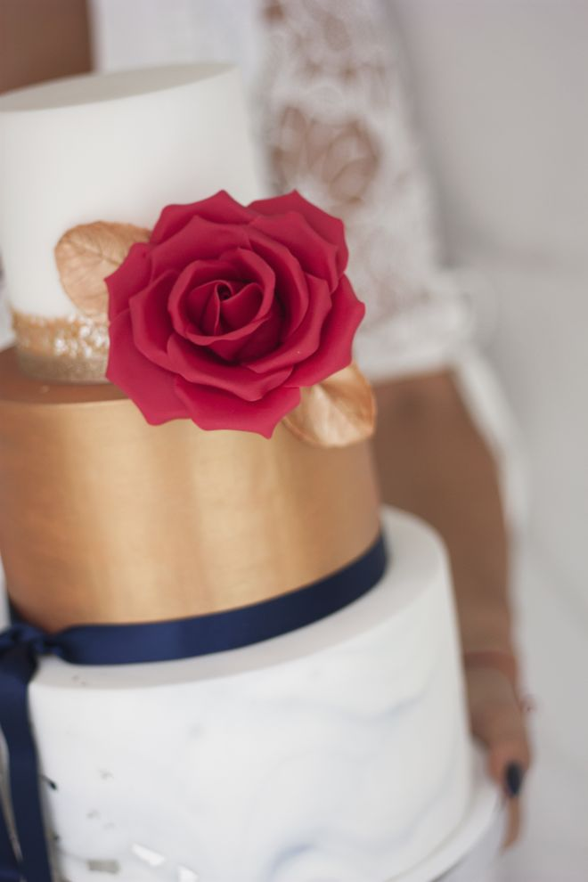 Сватбена торта с мраморен ефект златно и декорация захарни цветя