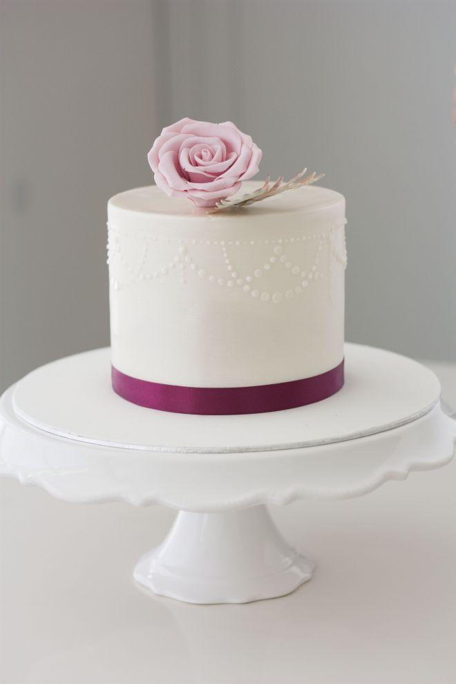 Сватбена торта с украса от рози