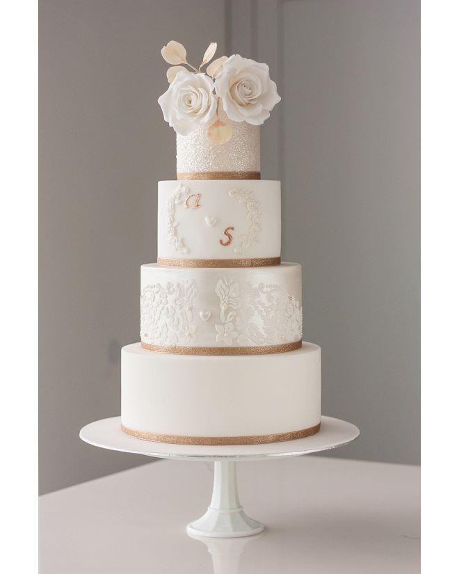 Сватбена торта в бяло захарна дантела и декорация рози
