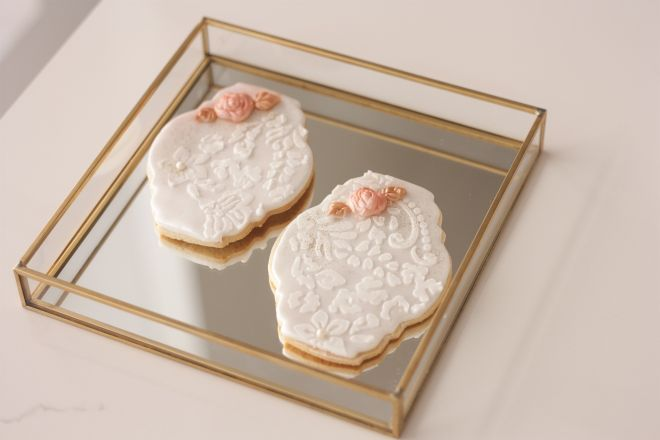 Сладки с фондан и декорация от роял айсинг за сватба