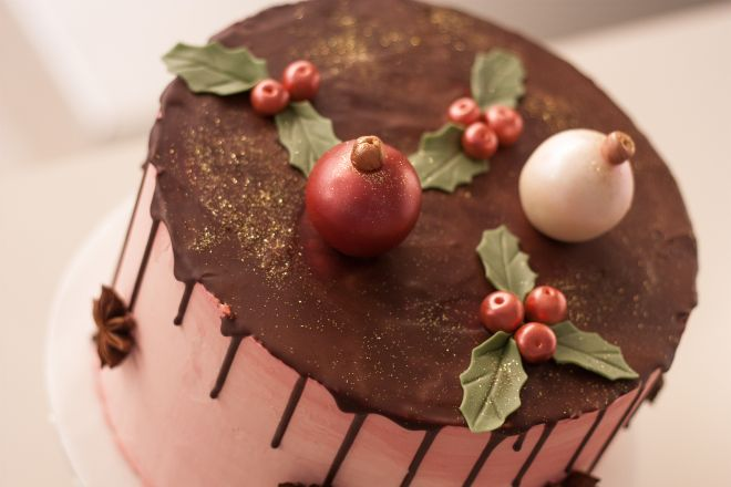Торта с коледна декорация