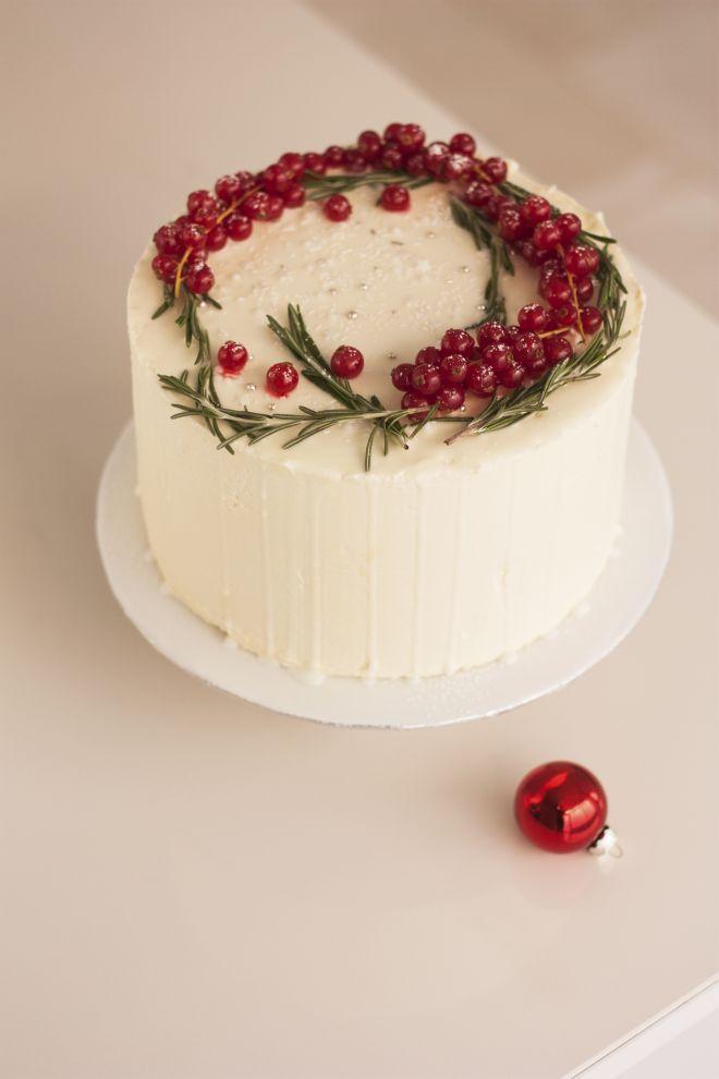 Гола торта с маслен крем и горски плодове