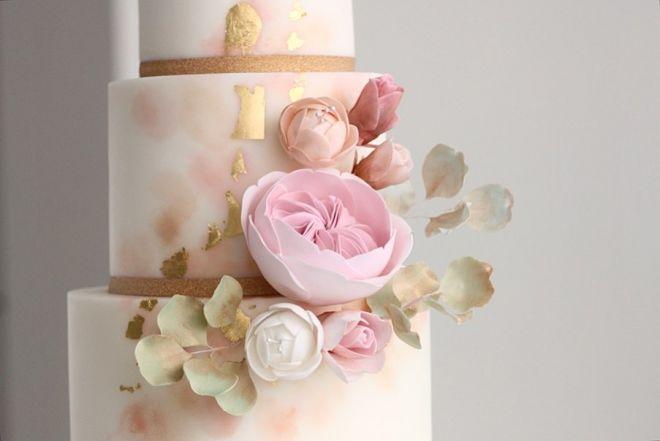 Сватбена торта с декорация от захарни цветя и зеленина