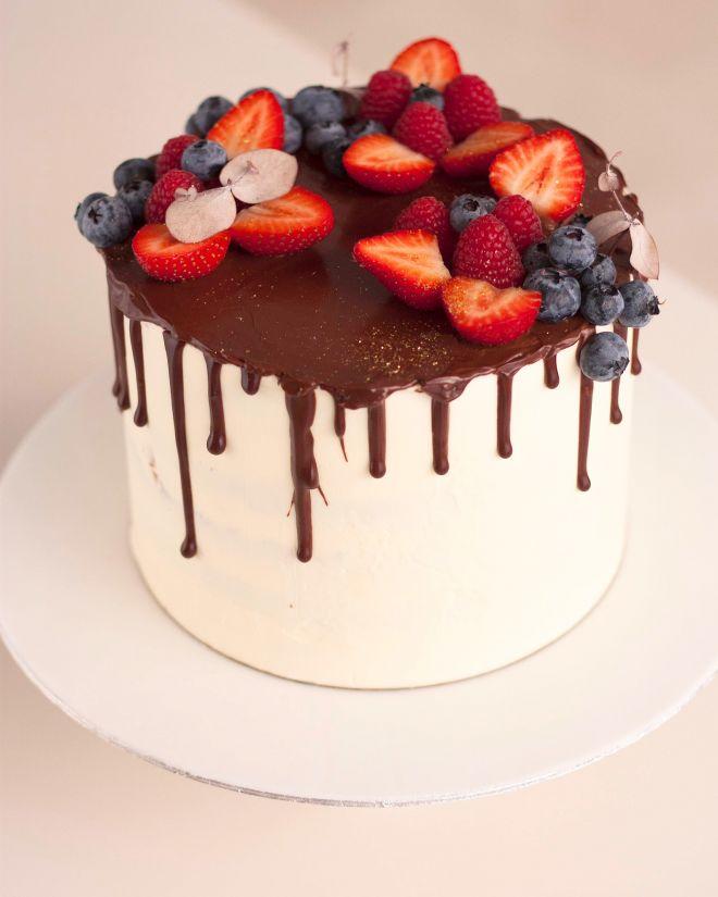 Гола торта с шоколад и горски плодове