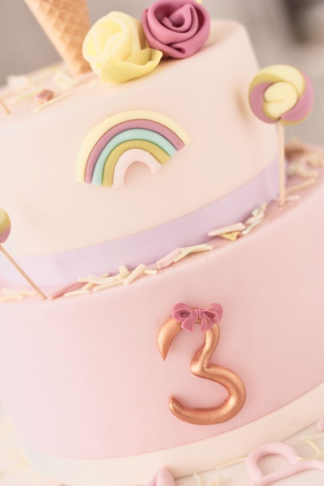 Торта за детски рожден ден с дъга близалки сладолед