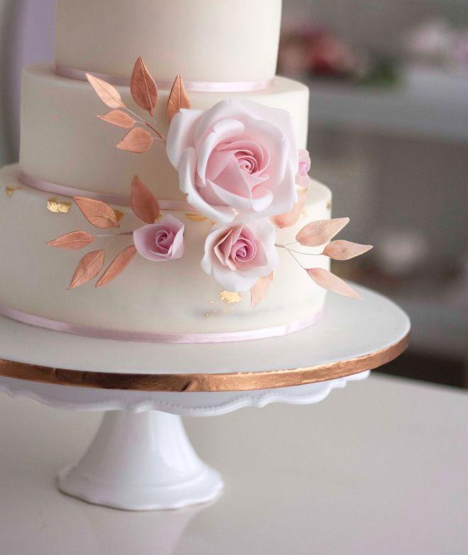 Сватбена торта в бяло с декорация от рози