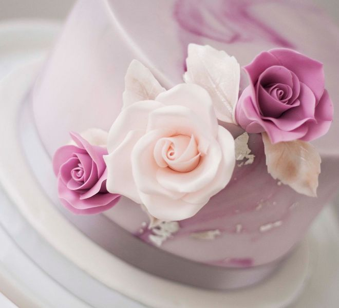 Сватбена торта с мраморен ефект и сребърен лист декорация захарни цветя рози