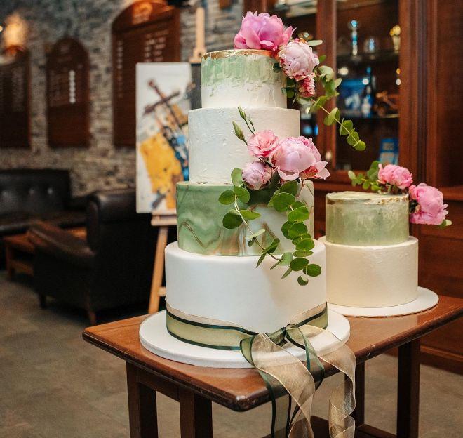 Торта с фондан в зелено с декорация от естествени цветя божури