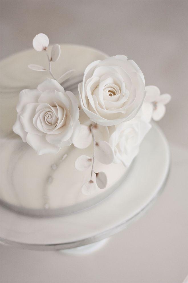 Сватбена торта в бяло и сребърно със захарни цветя