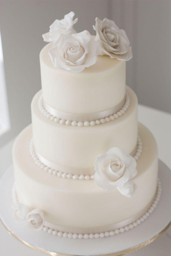 Сватбен торта триетажна в бяло със захарни рози