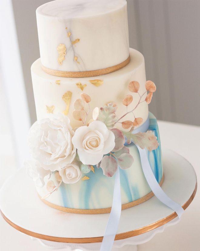 Сватбена торта на три етажа в синьо и златно със захарни цветя