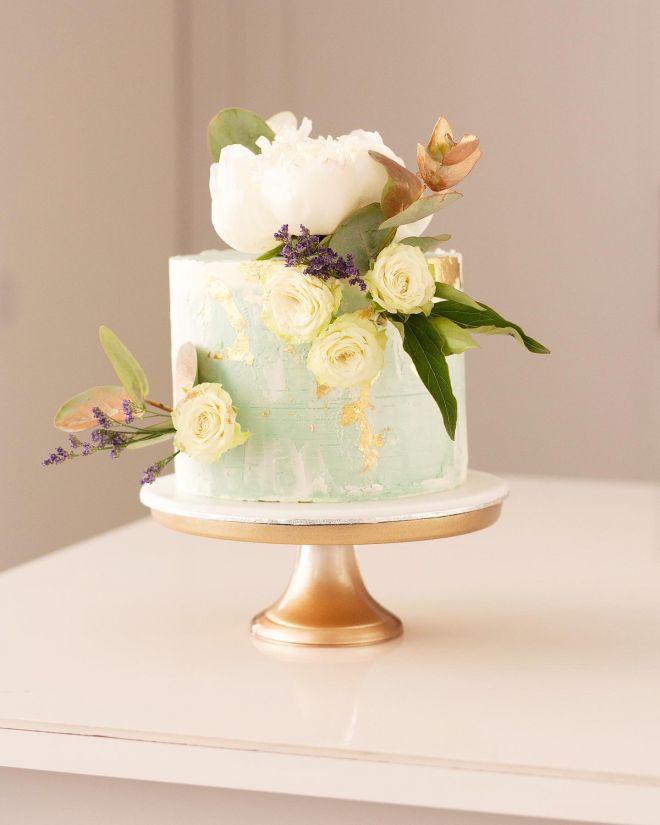 Торта за рожден ден с декорация от естествени цветя божур рози