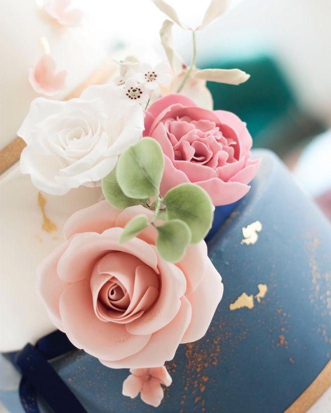 Сватбена торта триетажна в синьо и златно със захарни цветя и зеленина