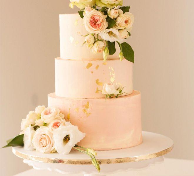 Сватбена торта на три етажа с маслен крем и естествени цветя