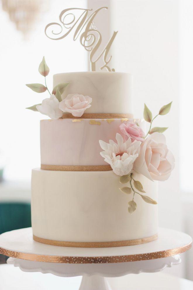 Сватбена торта триетажна с декорация от захарни цветя и топер