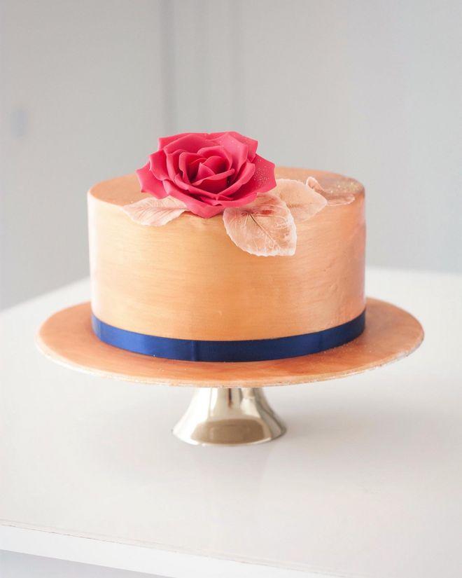 Сватбена торта в златно и червена роза
