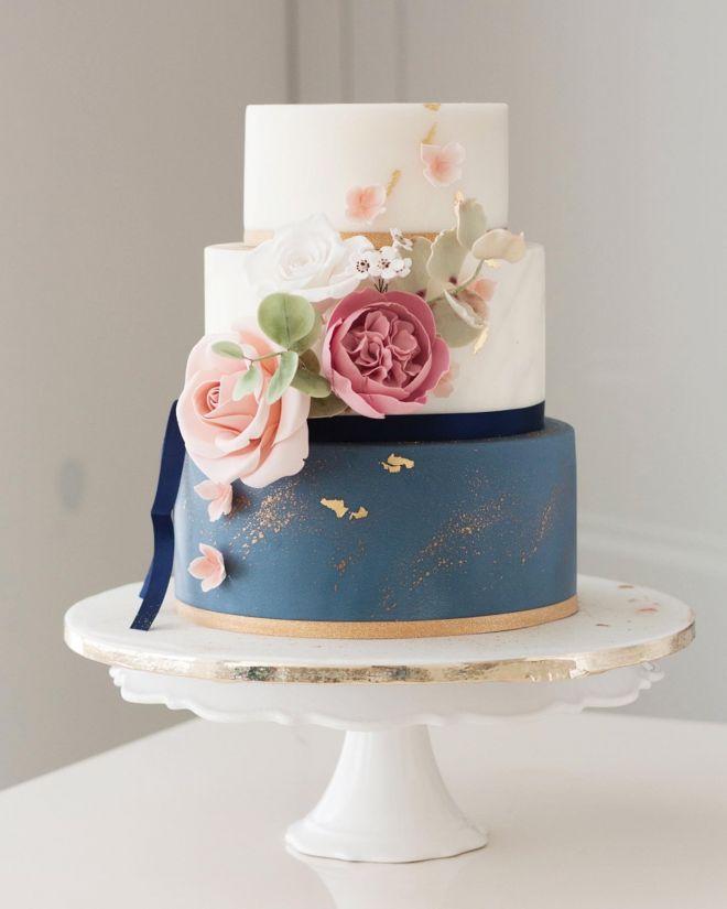 Сватбена торта триетажна в синьо със захарни цветя и зеленина