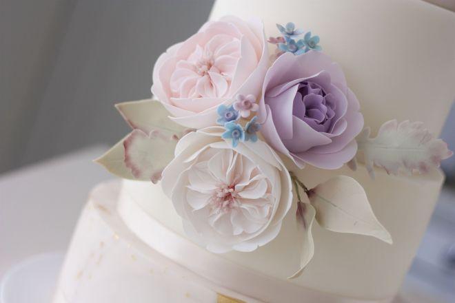 Сватбена торта на четири етажа с декорация захарни цветя
