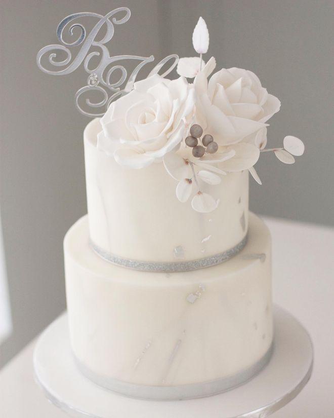 Сватбена торта в бяло и сребърно с мраморен ефект