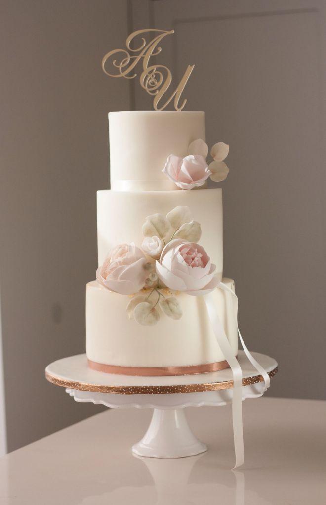 Сватбена торта на три етажа с декорация захарни цветя