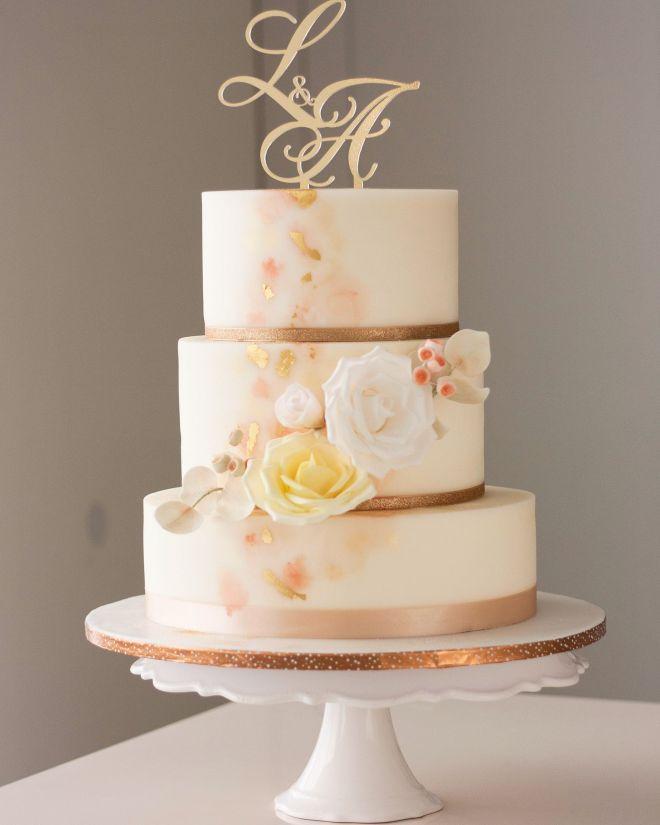 Сватбена торта с декорация от рози и златен лист