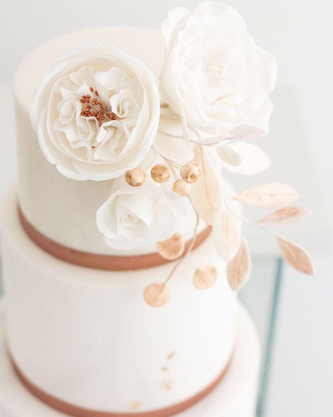 Сватбена торта с декорация от захарни цветя
