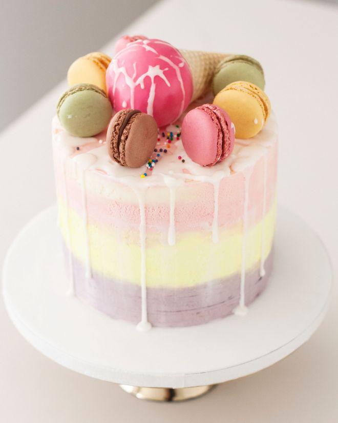 Торта за рожден ден с макарони в пастелни цветове
