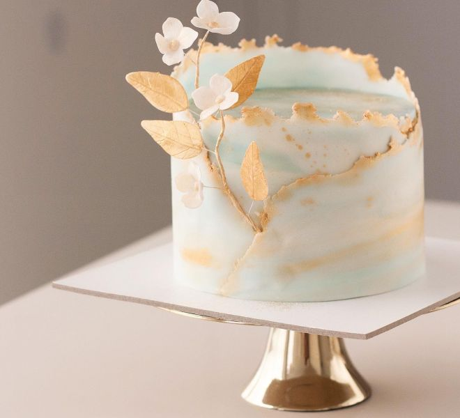 Торта за рожден ден в златно и синьо с цветя