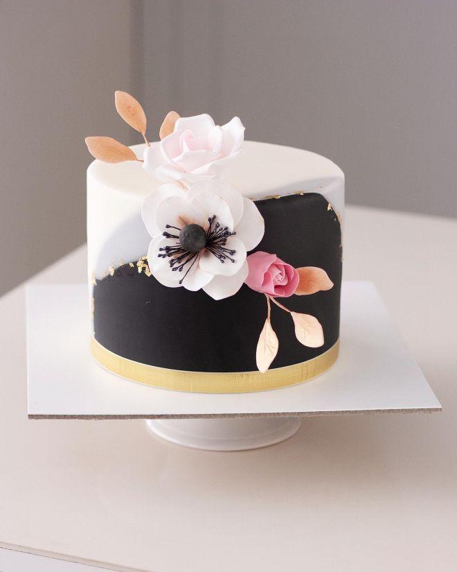 Торта за рожден ден с цветя В черно и бяло