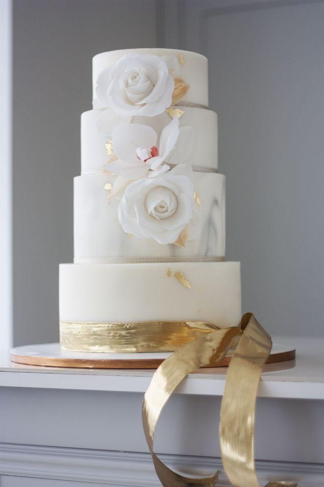 Сватбена торта в бяло и златно