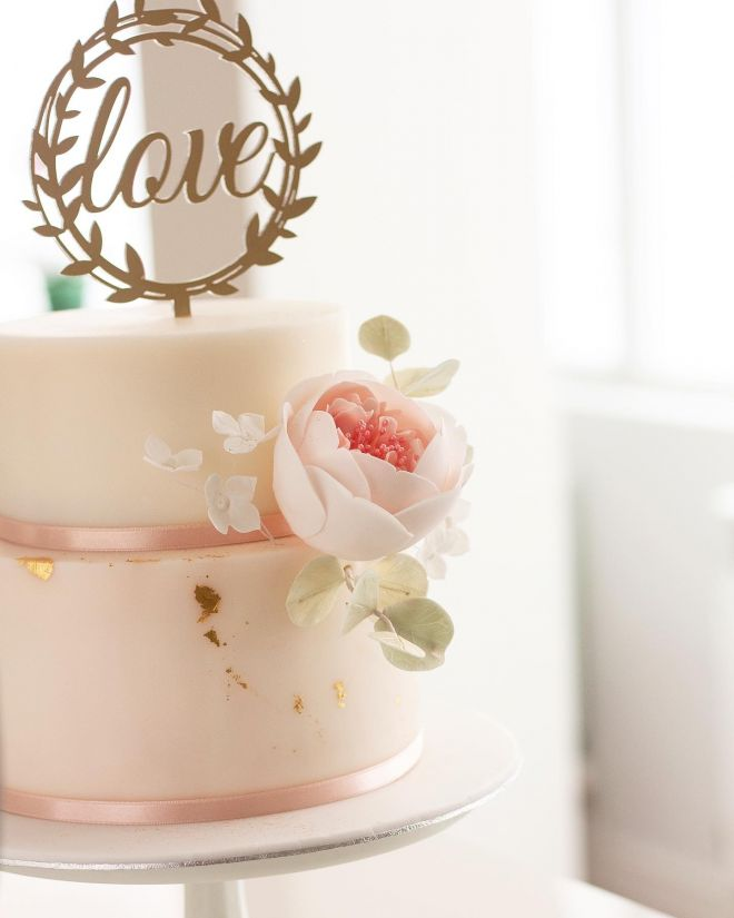 Сватбена торта с божури