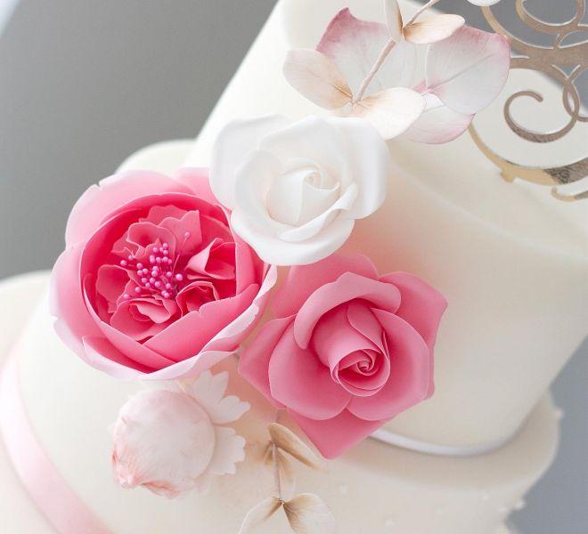 Сватбена торта с рози и божури