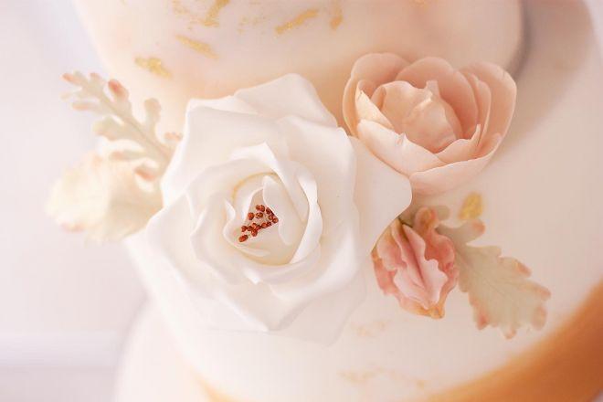 Сватбена торта с рози бяло и златно
