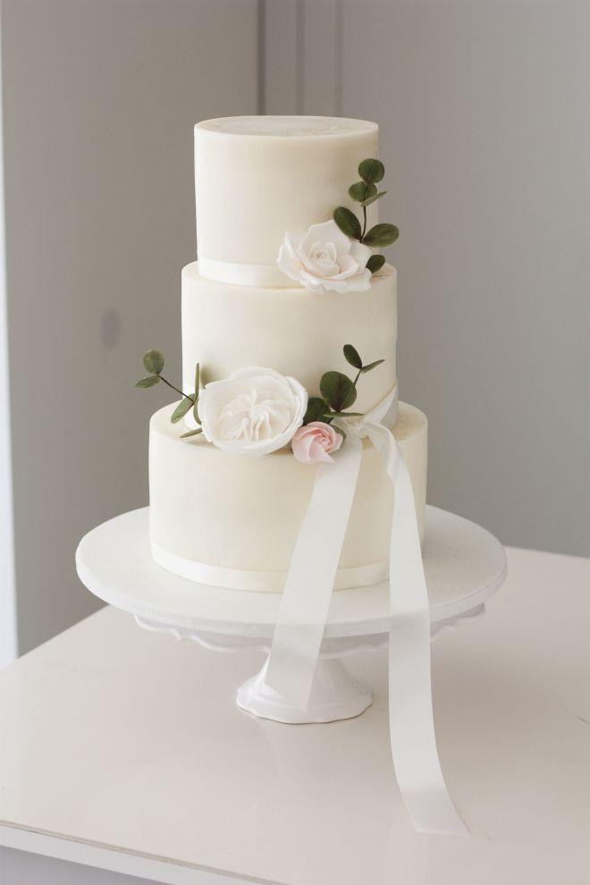 Сватбена торта в бяло с цветя
