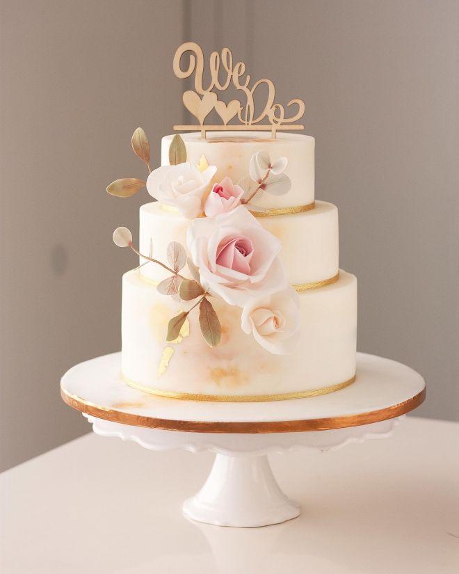 Сватбена торта с цветя рози и евкалипт