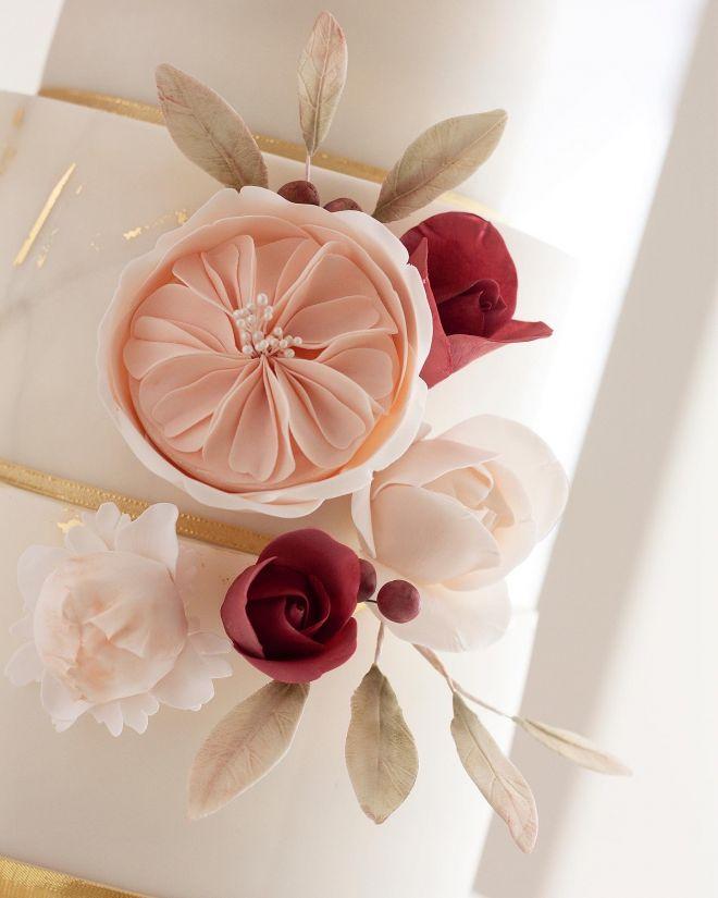 Сватбена торта с цветя рози и божури