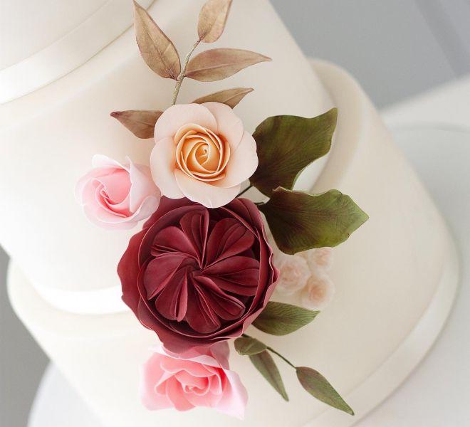 Сватбена торта с цветна декорация от рози