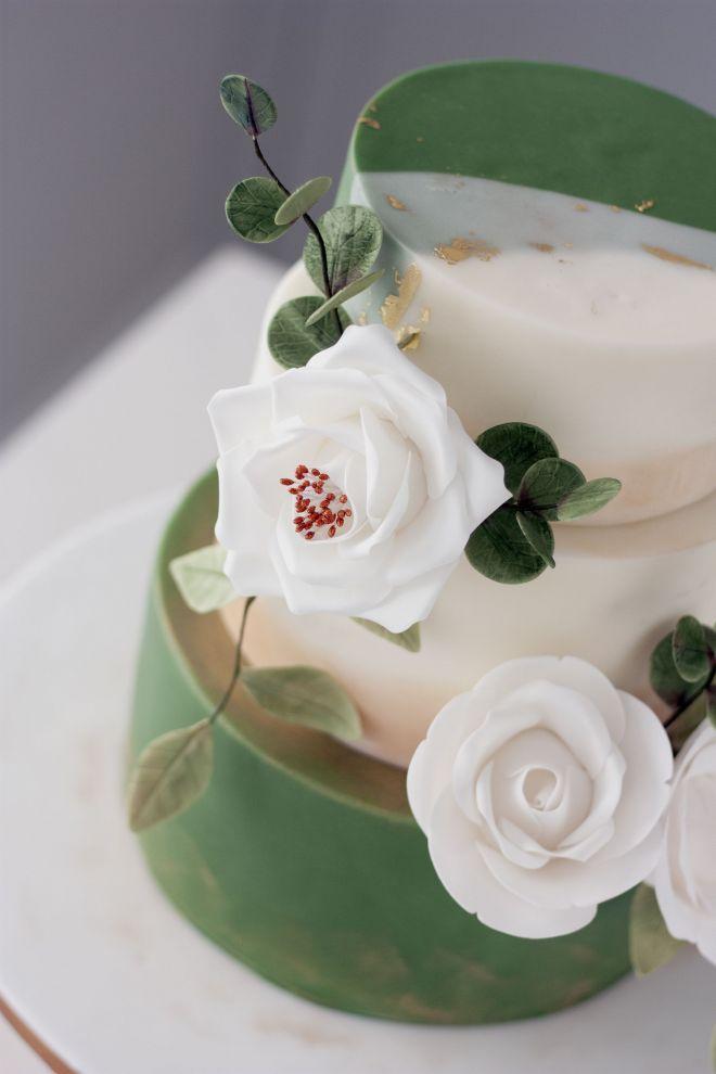 Сватбена торта в бяло и зелено с рози