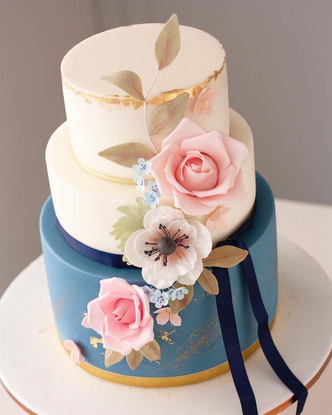 Сватбена торта в синьо с рози и анемоне
