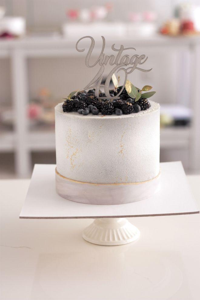 Мъжка торта в сиво с боровинки